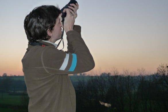 bien tenir son appareil photo 1 585x390 Comment faire pour photographier un oiseau en vol   Partie 1