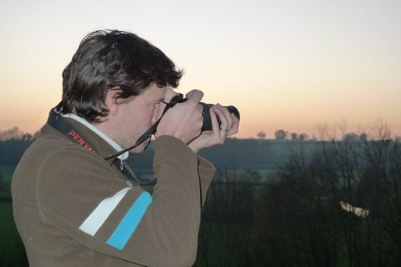 bien tenir son appareil photo 2 585x390 Comment faire pour photographier un oiseau en vol   Partie 1