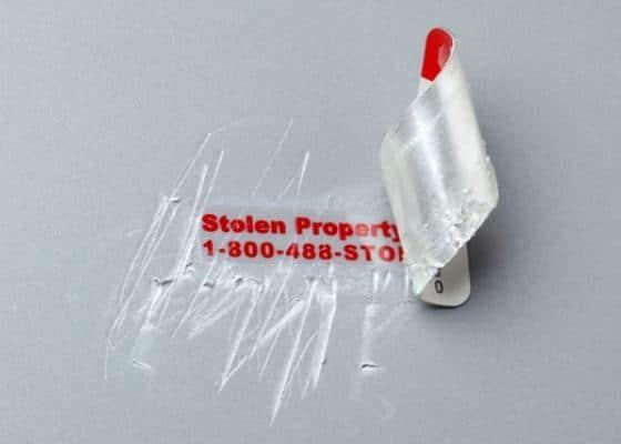 Ce que découvre le voleur s'il tente d'enlever la plaque.